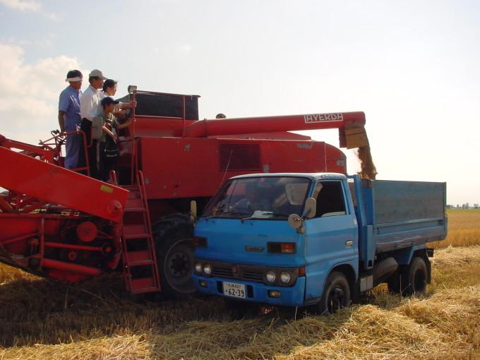 2007年江別産地訪問ツアーでコンバインに試乗